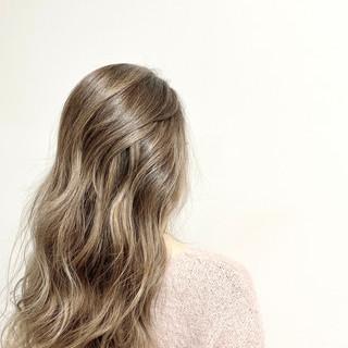 ブラウンベージュ ブリーチカラー バレイヤージュ ナチュラル ヘアスタイルや髪型の写真・画像