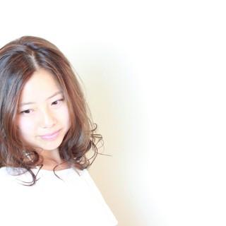 パーマ 大人かわいい ナチュラル ミディアム ヘアスタイルや髪型の写真・画像