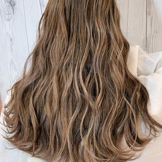 エレガント アッシュベージュ ハイライト バレイヤージュ ヘアスタイルや髪型の写真・画像