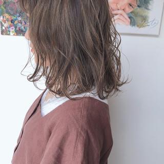 ミディアム ミルクグレージュ ミルクティーベージュ アッシュグレージュ ヘアスタイルや髪型の写真・画像