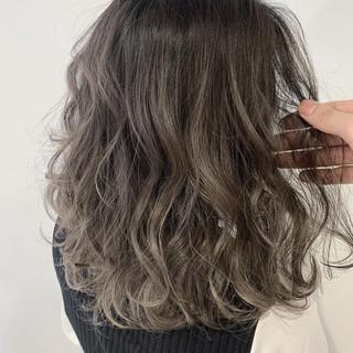 グレージュ 切りっぱなしボブ アッシュグレージュ ミディアム ヘアスタイルや髪型の写真・画像