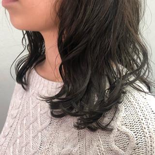 デジタルパーマ セミロング 大人かわいい マットグレージュ ヘアスタイルや髪型の写真・画像