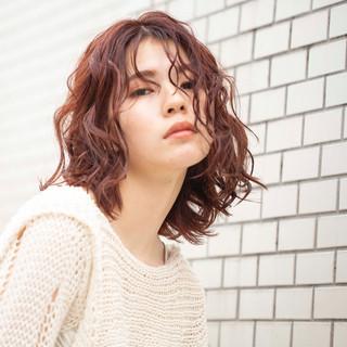 シースルーバング ミディアム ゆるウェーブ 簡単スタイリング ヘアスタイルや髪型の写真・画像