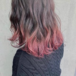 ミディアム ラズベリーピンク ガーリー グラデーションカラー ヘアスタイルや髪型の写真・画像
