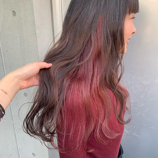 ロング ハイライト インナーカラー赤 インナーピンク ヘアスタイルや髪型の写真・画像