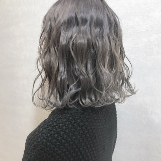カジュアル アッシュグレー ハイトーンカラー グレージュ ヘアスタイルや髪型の写真・画像