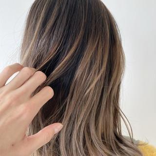 フェミニン ミルクティーベージュ 透明感カラー セミロング ヘアスタイルや髪型の写真・画像
