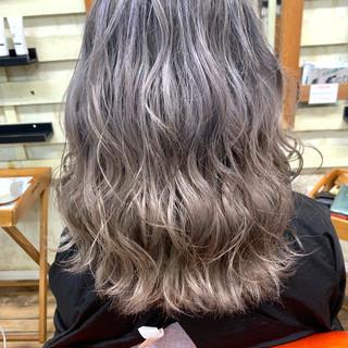 ブリーチカラー ハイトーンカラー シルバー デザインカラー ヘアスタイルや髪型の写真・画像