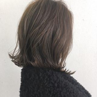 ナチュラル 外ハネ ハイライト グレージュ ヘアスタイルや髪型の写真・画像