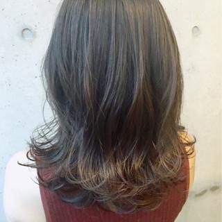 パーマ アッシュ イルミナカラー 前髪あり ヘアスタイルや髪型の写真・画像