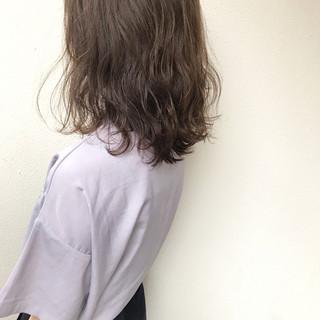 ミディアム フェミニン 透明感 巻き髪 ヘアスタイルや髪型の写真・画像