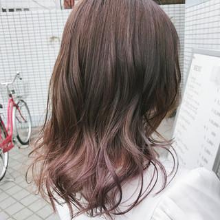 フェミニン インナーカラー ピンク グラデーションカラー ヘアスタイルや髪型の写真・画像