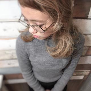 アッシュグレージュ グラデーションカラー 前髪あり ミディアム ヘアスタイルや髪型の写真・画像
