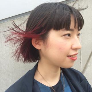 ショートボブ レッド ワイドバング ストリート ヘアスタイルや髪型の写真・画像