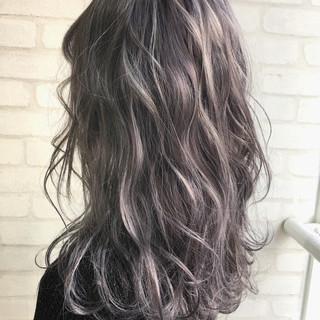 フェミニン ハイライト 外国人風 グレージュ ヘアスタイルや髪型の写真・画像