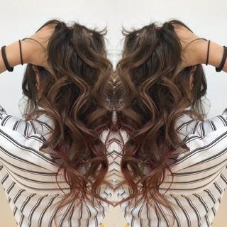 ラズベリーピンク ウルフカット 外国人風 レイヤースタイル ヘアスタイルや髪型の写真・画像