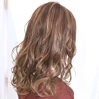 ミルクティーベージュ ハイライト ミディアム ミルクティーグレージュ ヘアスタイルや髪型の写真・画像