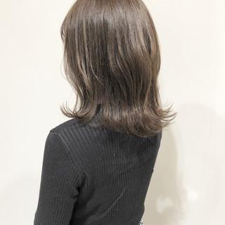 セミロング 外ハネ グレージュ ナチュラル ヘアスタイルや髪型の写真・画像