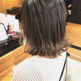 コンサバ ブリーチ アロハ ミディアム ヘアスタイルや髪型の写真・画像
