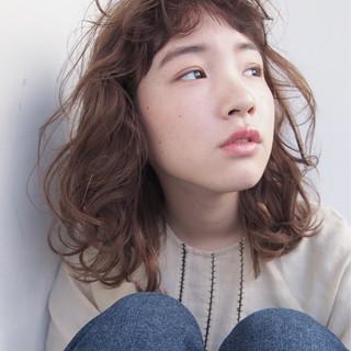 ミディアム パーマ ニュアンス ミルクティー ヘアスタイルや髪型の写真・画像
