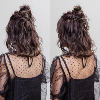 フェミニン お団子 ミディアム ヘアアレンジ ヘアスタイルや髪型の写真・画像