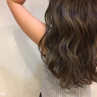ロング オリーブアッシュ ローライト 外国人風 ヘアスタイルや髪型の写真・画像 ヘアスタイルや髪型の写真・画像