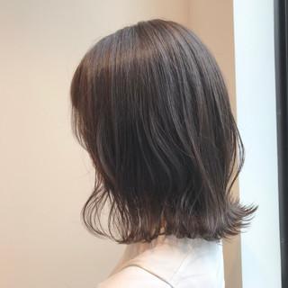 アッシュベージュ 透明感カラー ミディアム デート ヘアスタイルや髪型の写真・画像
