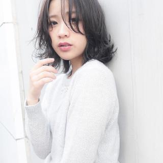 ミディアム フェミニン 外ハネ 透明感 ヘアスタイルや髪型の写真・画像