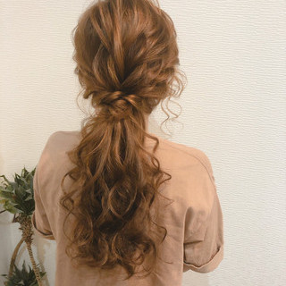 ローポニー ねじり ポニーテールアレンジ フェミニン ヘアスタイルや髪型の写真・画像
