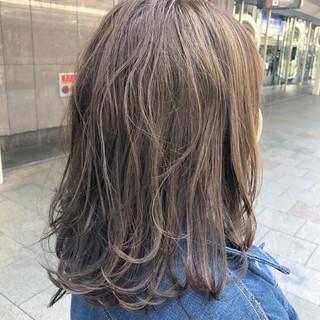 セミロング ホワイトブリーチ インナーカラー ナチュラル ヘアスタイルや髪型の写真・画像