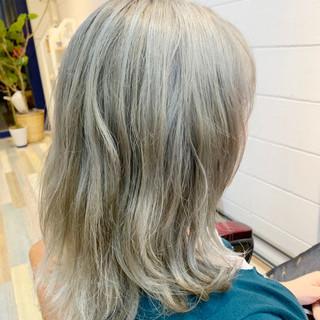 ミルクティーベージュ ミディアム ホワイトアッシュ ホワイト ヘアスタイルや髪型の写真・画像
