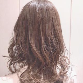 セミロング フェミニン パーマ オフィス ヘアスタイルや髪型の写真・画像