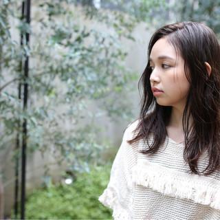 外国人風 くせ毛風 セミロング ナチュラル ヘアスタイルや髪型の写真・画像
