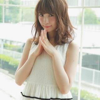 大人かわいい 外国人風 ウェーブ 斜め前髪 ヘアスタイルや髪型の写真・画像