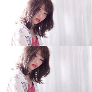 グレージュ アンニュイ シースルーバング フェミニン ヘアスタイルや髪型の写真・画像
