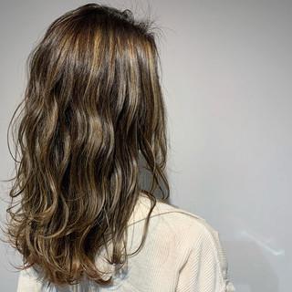 グレージュ セミロング ナチュラル ウルフカット ヘアスタイルや髪型の写真・画像