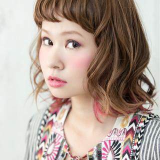 外ハネ インナーカラー ウェットヘア ピンク ヘアスタイルや髪型の写真・画像