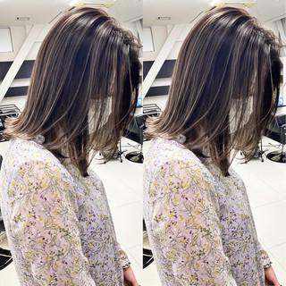 ミルクティーベージュ ベージュ アッシュベージュ ミディアム ヘアスタイルや髪型の写真・画像