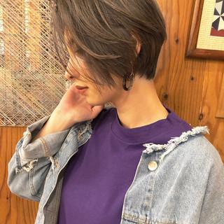 グレー ハンサムショート デート ベージュ ヘアスタイルや髪型の写真・画像