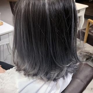 ナチュラル ホワイトシルバー コントラストハイライト バレイヤージュ ヘアスタイルや髪型の写真・画像