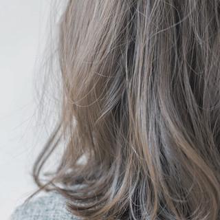 ハイトーン ミディアム アッシュ ナチュラル ヘアスタイルや髪型の写真・画像