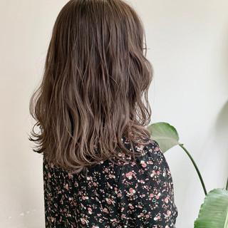 フェミニン ロング ヌーディーベージュ ナチュラルベージュ ヘアスタイルや髪型の写真・画像