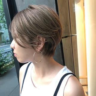 小顔 アッシュベージュ 似合わせ ハイライト ヘアスタイルや髪型の写真・画像