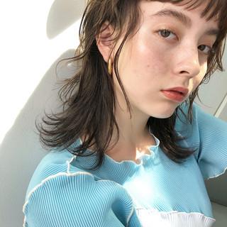 ナチュラル オリーブグレージュ マットグレージュ ミディアムレイヤー ヘアスタイルや髪型の写真・画像