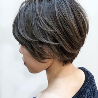ショート アッシュグレー デート ナチュラル ヘアスタイルや髪型の写真・画像