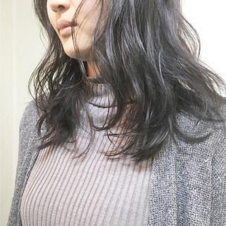 ミルクティー ミディアム オフィス ハイトーン ヘアスタイルや髪型の写真・画像