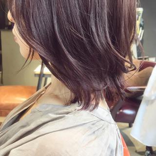 ミディアム ピンクベージュ 大人可愛い 切りっぱなしボブ ヘアスタイルや髪型の写真・画像