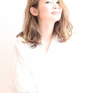 ミディアム 大人かわいい アッシュ 波ウェーブ ヘアスタイルや髪型の写真・画像