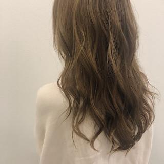 ゆるウェーブ かわいい アッシュグレージュ フェミニン ヘアスタイルや髪型の写真・画像
