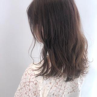 波ウェーブ 巻き髪 ミルクティーベージュ ミディアム ヘアスタイルや髪型の写真・画像